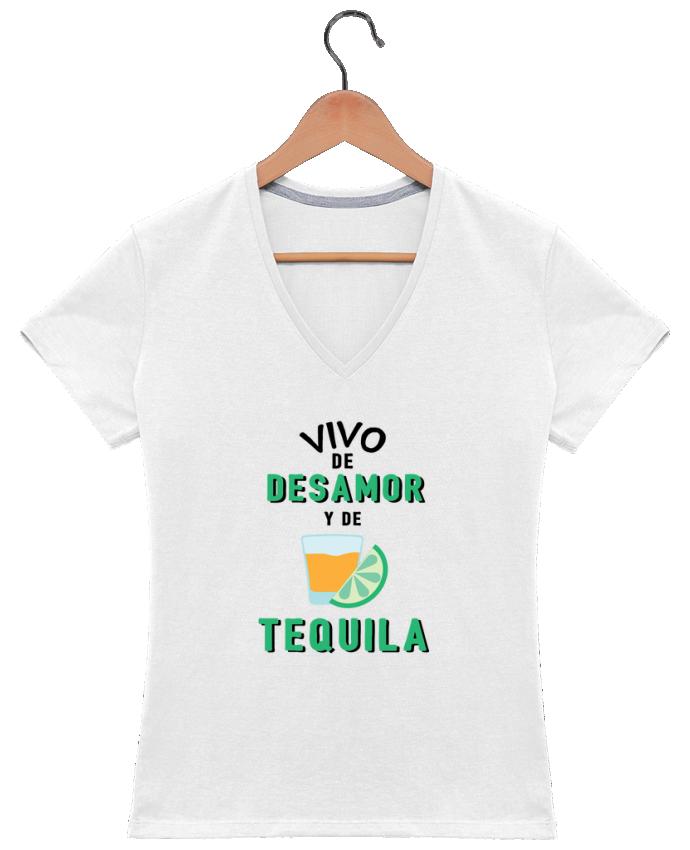 Camiseta Mujer Cuello en V Vivo de desamor y de tequila por tunetoo