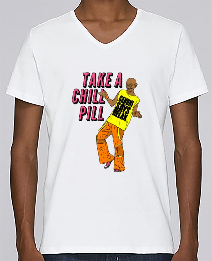 Camiseta Hombre Cuello en V Stanley Relaxes Chill Pill por Nick cocozza
