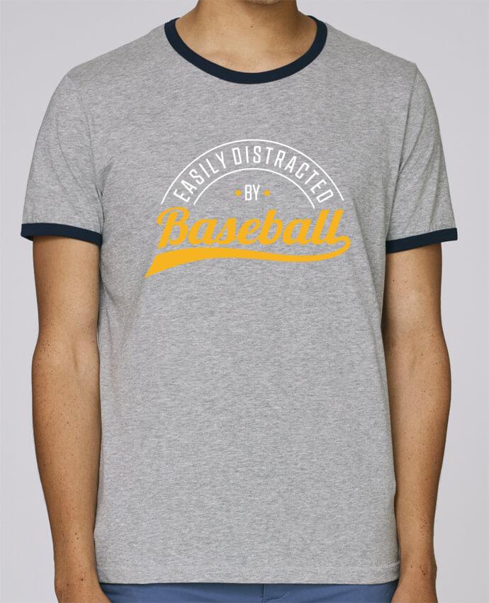 Camiseta Bordes Contrastados Hombre Stanley Holds Distracted by Baseball pour femme por Original t-shirt