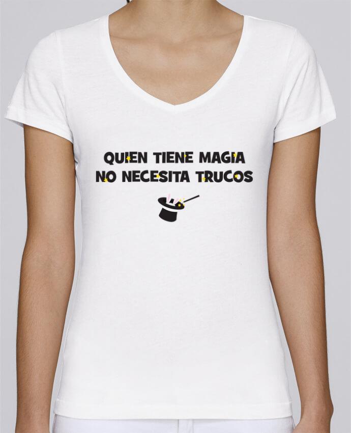 Camiseta Mujer Cuello en V Stella Chooses Quien tiene magia no necesita trucos por tunetoo